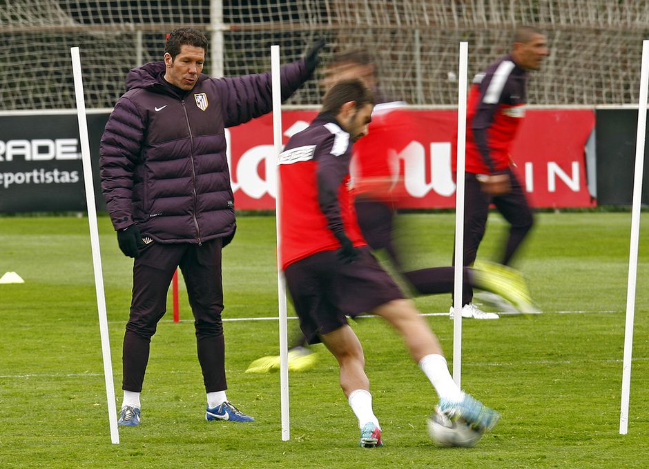 Temporada 12/13. Entrenamiento, Simeone controlando los ejercicios de los jugadotes en el entrenamiento en la Ciudad Deportiva de Majadahonda