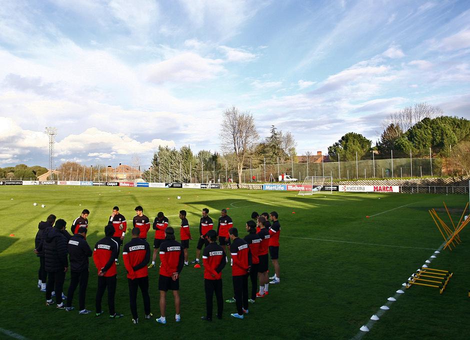 Los jugadores rojiblancos antes del entrenamiento del miércoles 27 de marzo