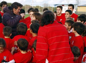 Simeone charla con los niños del Campus de la Fundación Atlético de Madrid