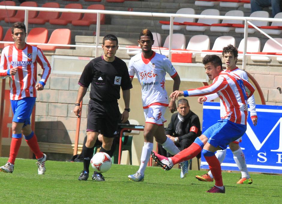 Cidoncha centra el balón en presencia del árbitro en el partido frente al Sporting B