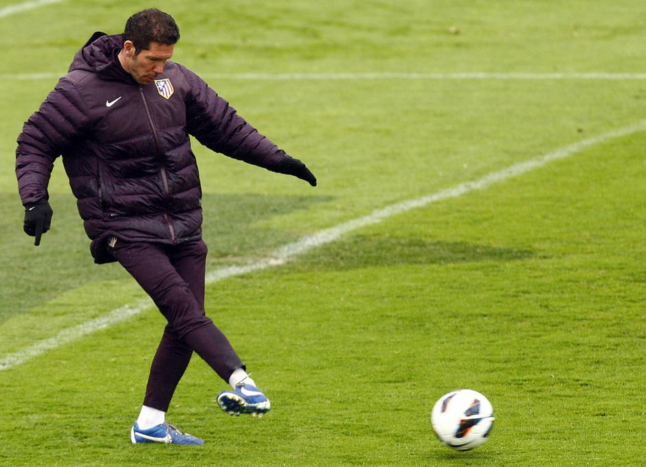 Simeone golpea un balón durante el entrenamiento de Viernes Santo en Majadahonda