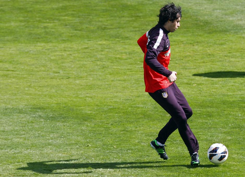 Temporada 12/13. Entrenamiento, Tiago golpeando un balón durante entrenamiento en la Ciudad Deportiva de Majadahonda