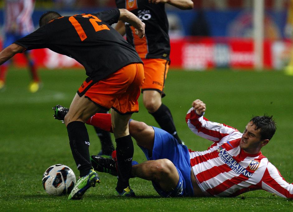 Temporada 12/13. Partido Atlético de Madrid Valencia. Koke se tira al suelo para arrebatarle un balón a un contrario