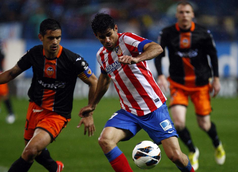 Temporada 12/13. Partido Atlético de Madrid Valencia. Costa se lleva el balón ante un defensor