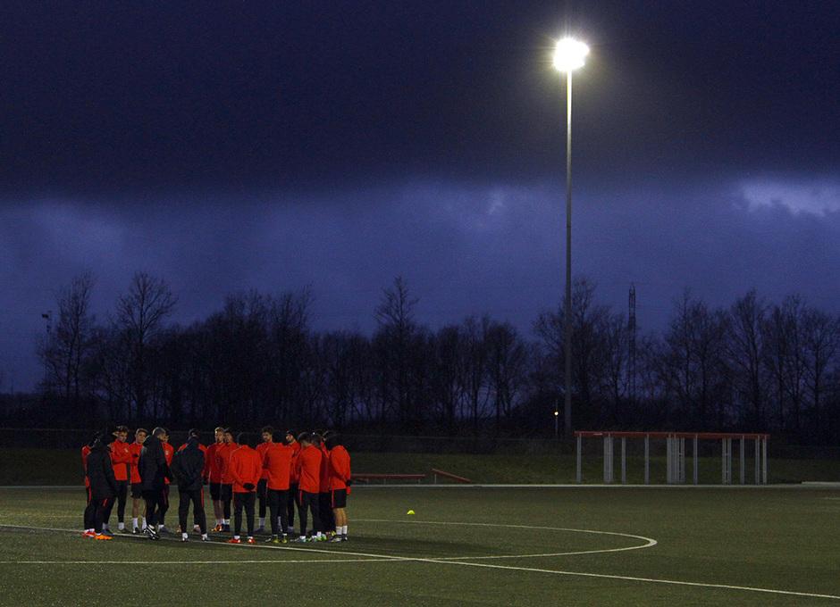 Los jugadores rojiblancos escuchan las instrucciones del entrenador antes de la sesión en Dinamarca