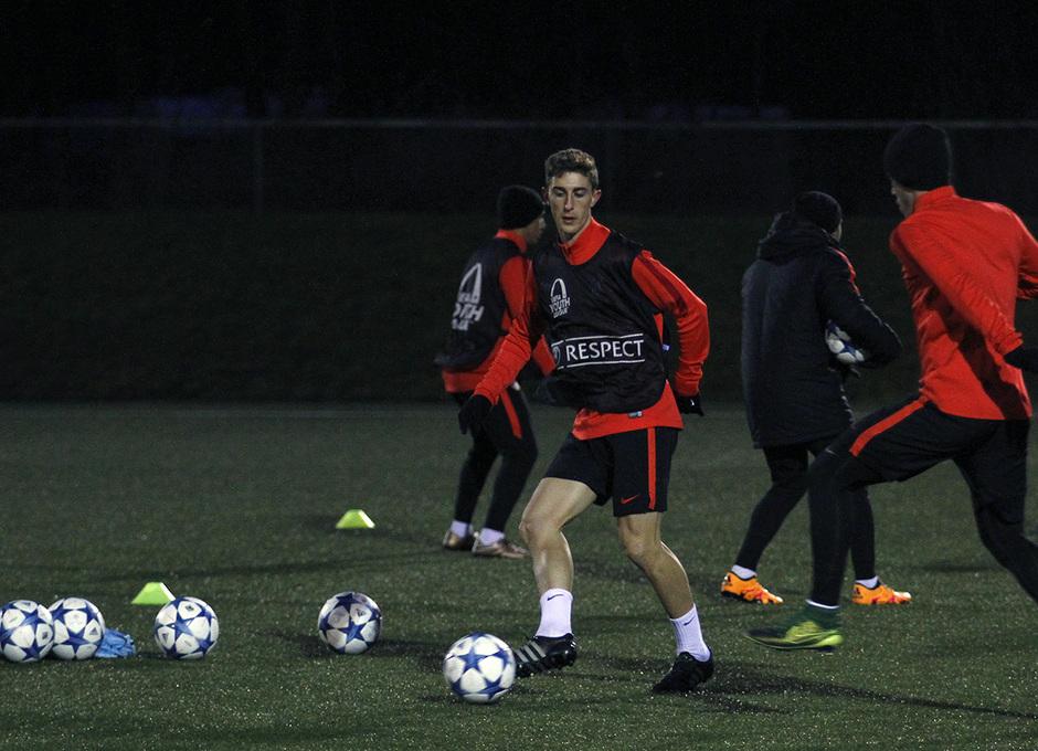 Alberto Rentero golpea el balón en un ejercicio durante la sesión previa al partido en Dinamarca