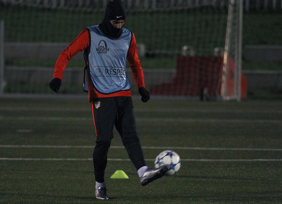 Theo da toques al balón en un ejercicio realizado en el entrenamiento
