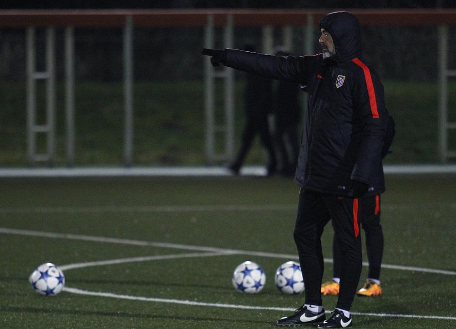 Óscar Fernández, entrenador rojiblanco, da instrucciones a sus jugadores en el entrenamiento