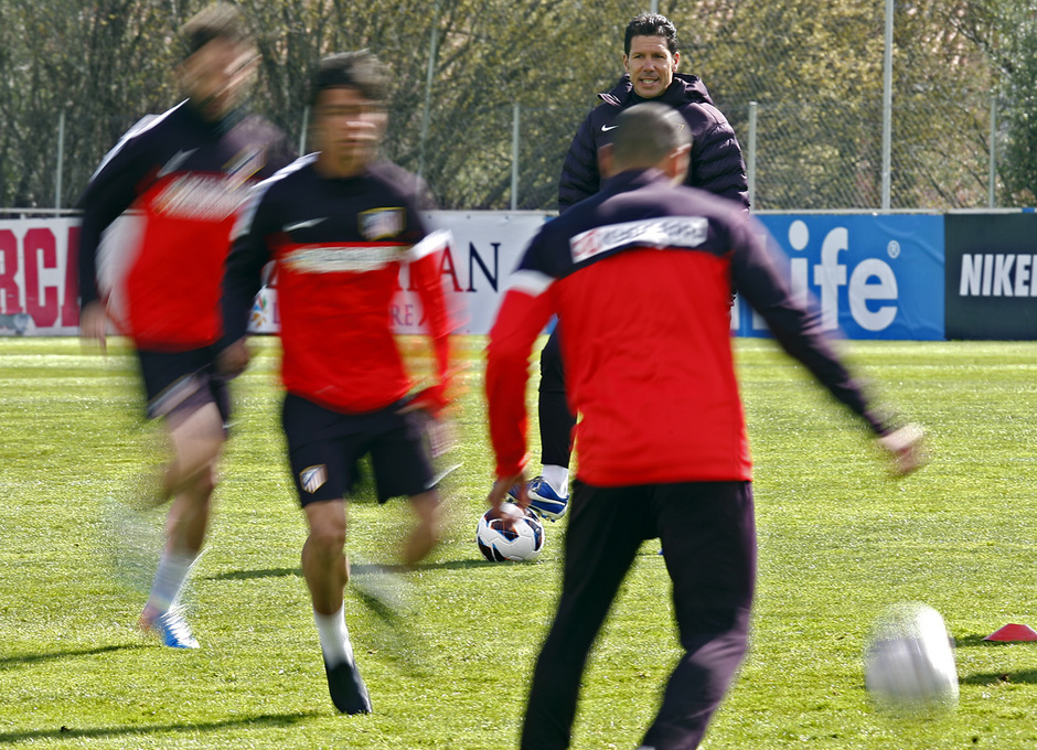 Temporada 12/13. Entrenamiento, Simeone dando órdenes durante el entrenamiento en la Ciudad Deportiva de Majadahonda