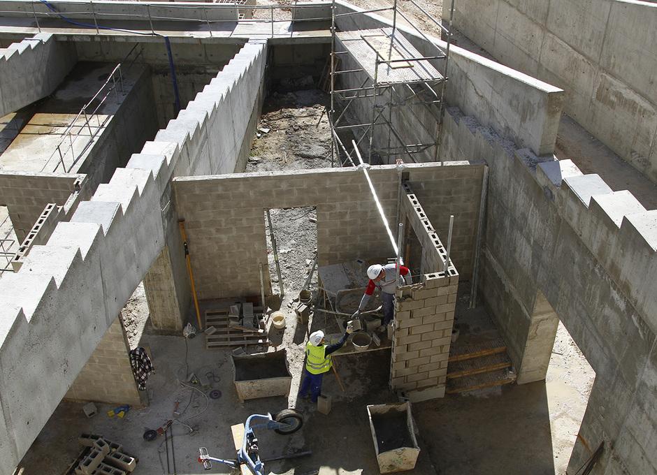 Nuevo estadio. Trabajos de albañilería en almacenes y espacios para instalaciones bajo las gradas