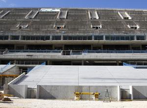 Nuevo estadio. Vista general de la grada oeste con el banquillo visitante en primer plano