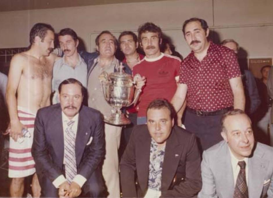 Capón festeja con sus compañeros y directivos un título de Copa en el vestuario