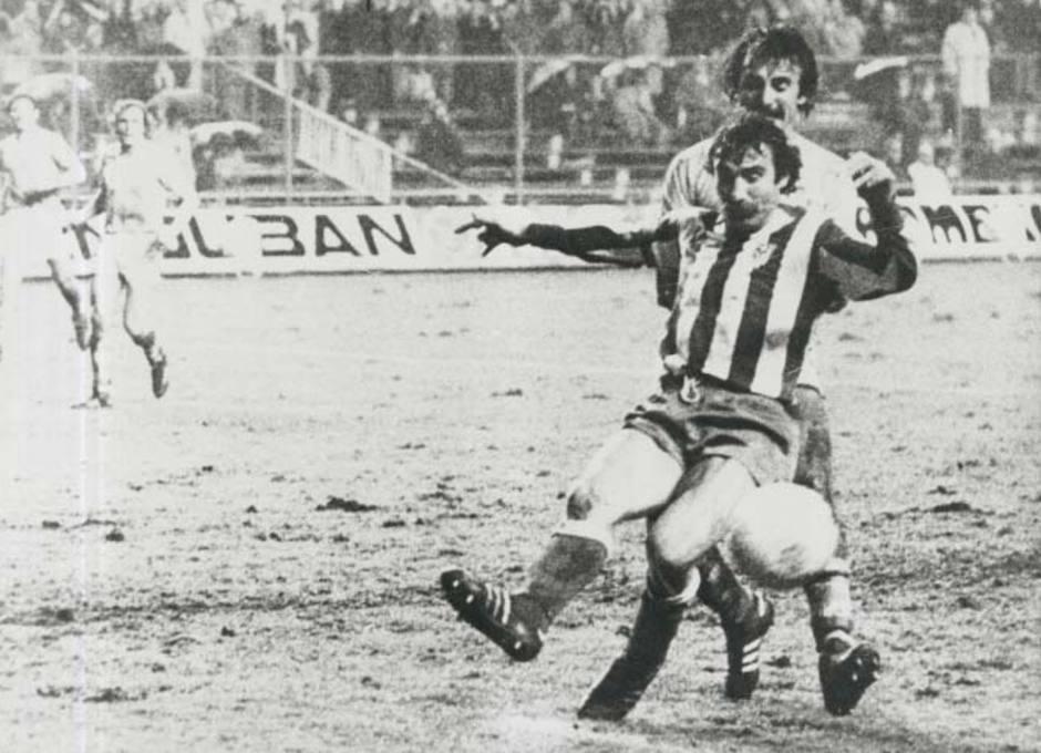 Capón se anticipa a un rival para despejar en su área en un partido en un embarrado Vicente Calderón