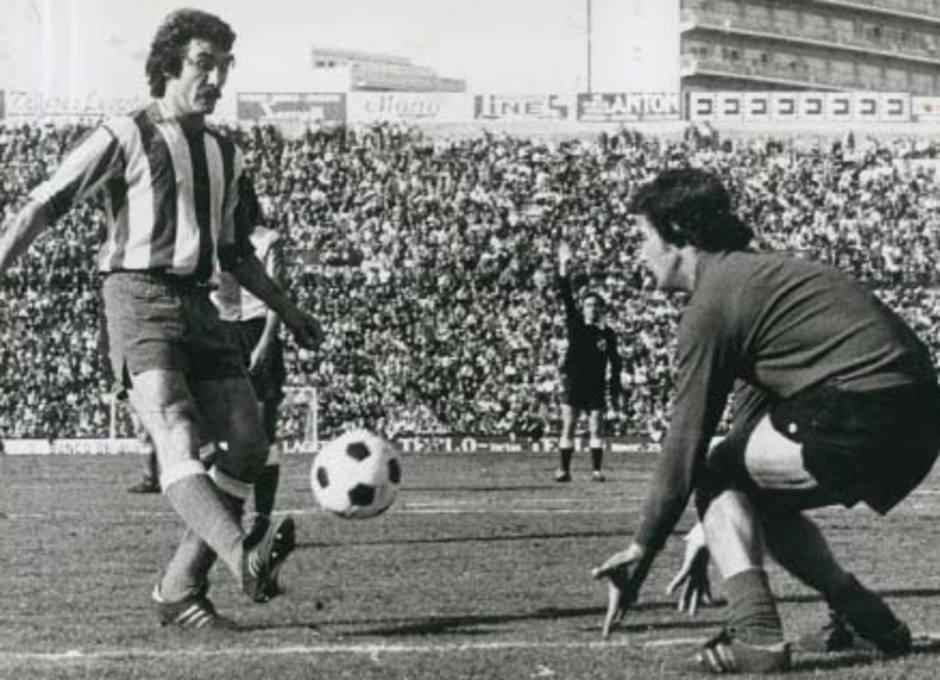 Capón golpea el balón en presencia de Pacheco en un partido