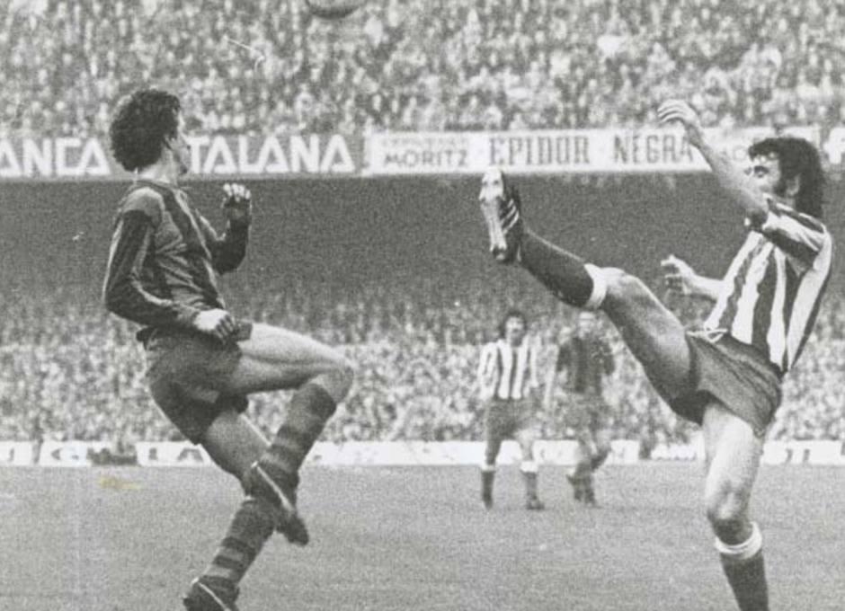 Capón no se arrugaba ante los delanteros, como muestra esta imagen despejando ante el barcelonista Johan Cruyff en el Camp Nou