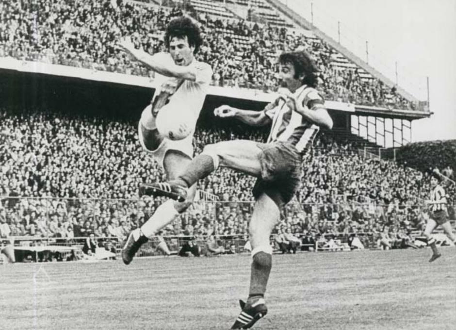 Capón pugna con un rival en un partido de Liga en el Vicente Calderón