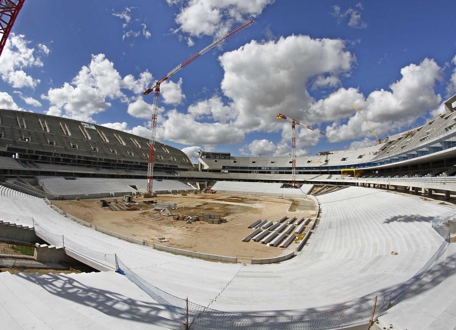 Nuevo estadio. Panorámica general desde el córner sureste con la grada baja este ya finalizada