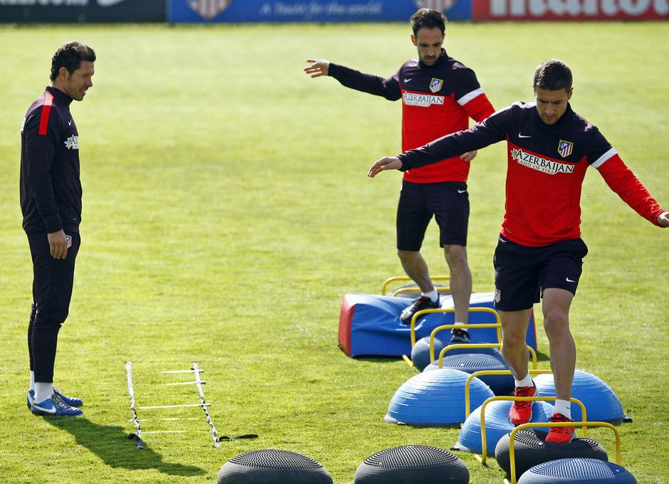 Temporada 12/13. Entrenamiento, Simeone mira cómo Gabi y Juanfran realizan ejercicios de equilibrio durante el entrenamiento en la Ciudad Deportiva de Majadahonda