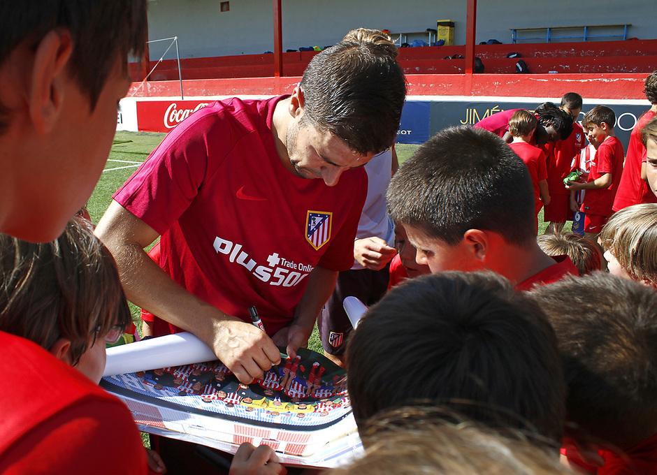 Temporada 16/17. Gabi firma autógrafos a los niños/as del Campus. (Alberto)