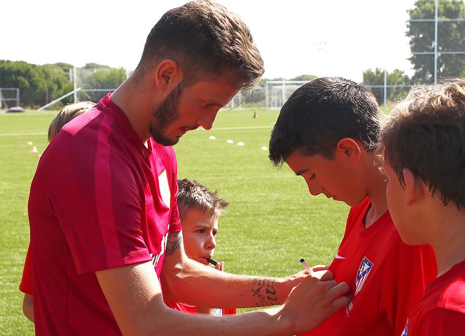 Temporada 16/17. Saúl firma autógrafos a los niños/as del Campus. (Alberto)
