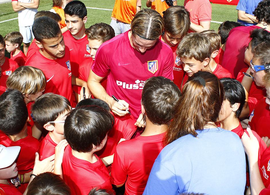 Temporada 16/17. Fernando Torres firma autógrafos a los niños/as del Campus. (Alberto)