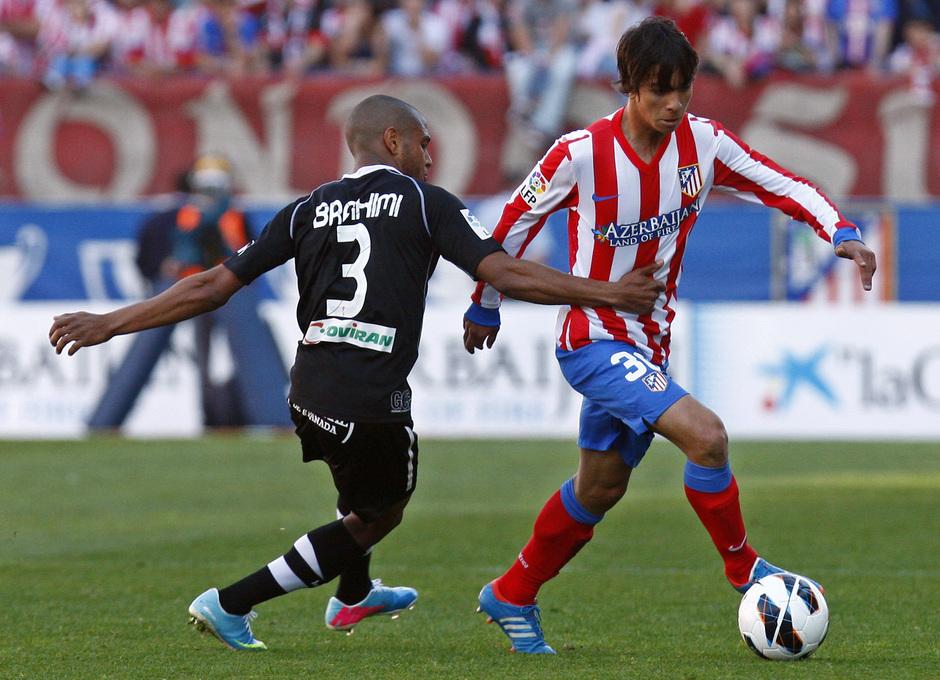 Temporada 12/13. Partido Atlético de Madrid Granada. Óliver con el balón