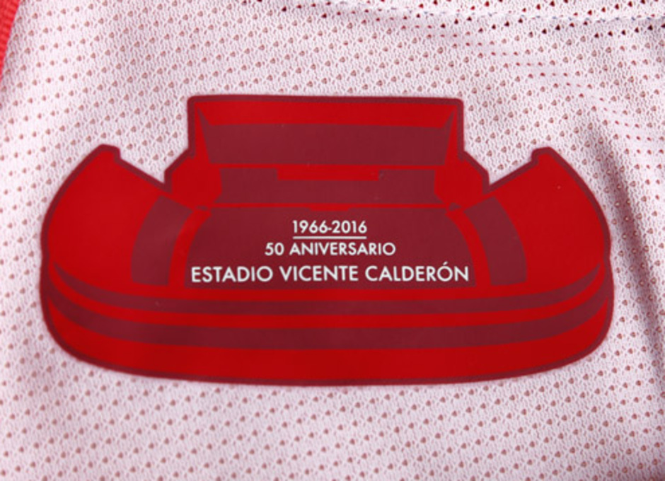 Sello del Vicente Calderón en la primera equipación
