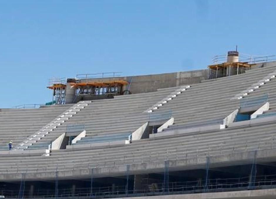En la parte superior de la grada se pueden apreciar los apoyos de la cubierta y la estructura auxiliar para anclaje de la misma