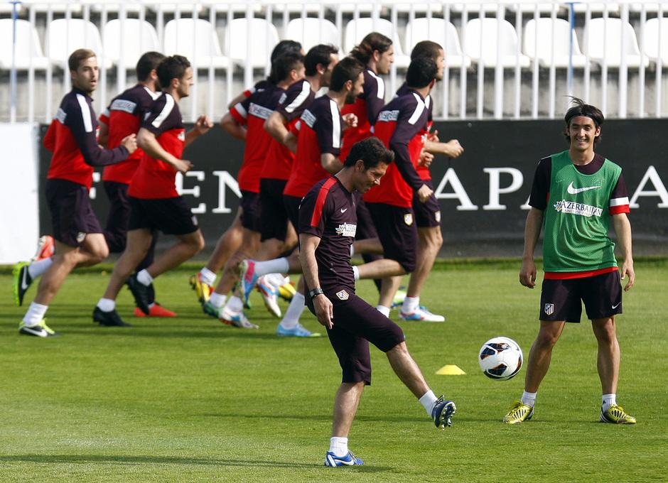 Temporada 12/13. Entrenamiento. Simeone juega con Borja Martínez mientras el equipo corre en la ciudad deportiva de Majadahonda