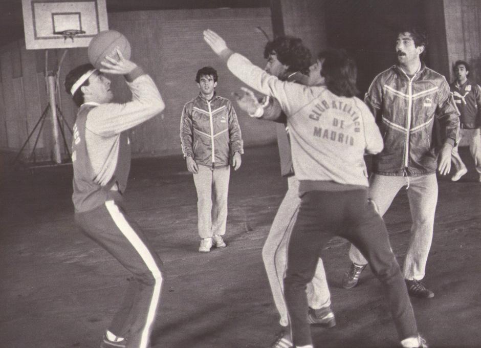 Imagen de un entrenamiento en las galerías del Calderón en el que Ruiz lanza a canasta en presencia de Marcelino, Mejías, Arteche y Landáburu