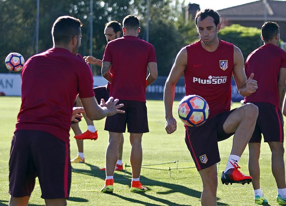 Temporada 16/17. Entrenamiento en la ciudad deportiva Wanda Atletico de Madrid 05_08_2016. Godín realiza un ejercicio.