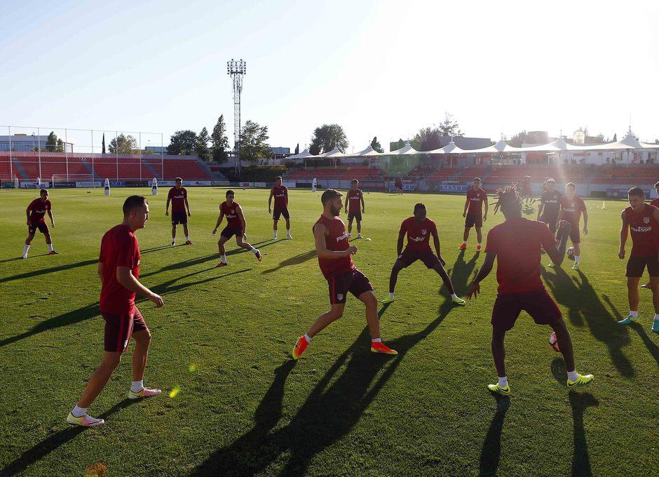 Temporada 16/17. Entrenamiento en la ciudad deportiva Wanda Atletico de Madrid 08_08_2016. Jugadores en un rondo.