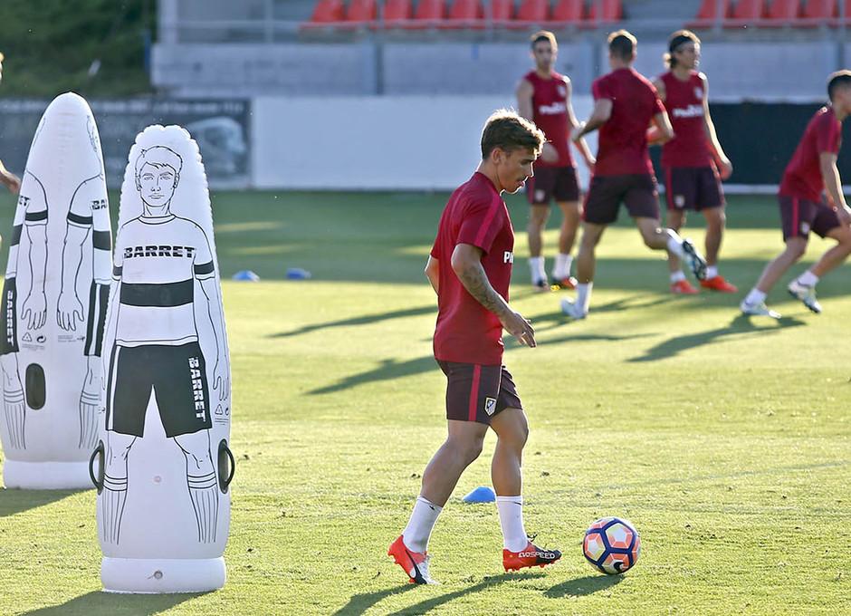 Temporada 16/17. Entrenamiento en la ciudad deportiva Wanda Atletico de Madrid 08_08_2016. Griezmann toca el balón.