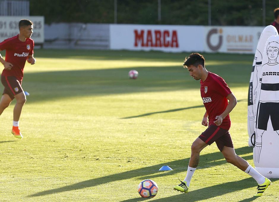 Temporada 16/17. Entrenamiento en la ciudad deportiva Wanda Atletico de Madrid 08_08_2016. Gaitán realiza un ejercicio de pase.