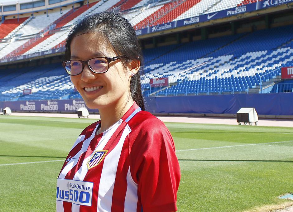 Hou Yifan, campeona del mundo de ajedrez, visitó el entrenamiento del primer equipo y el Estadio Vicente Calderón