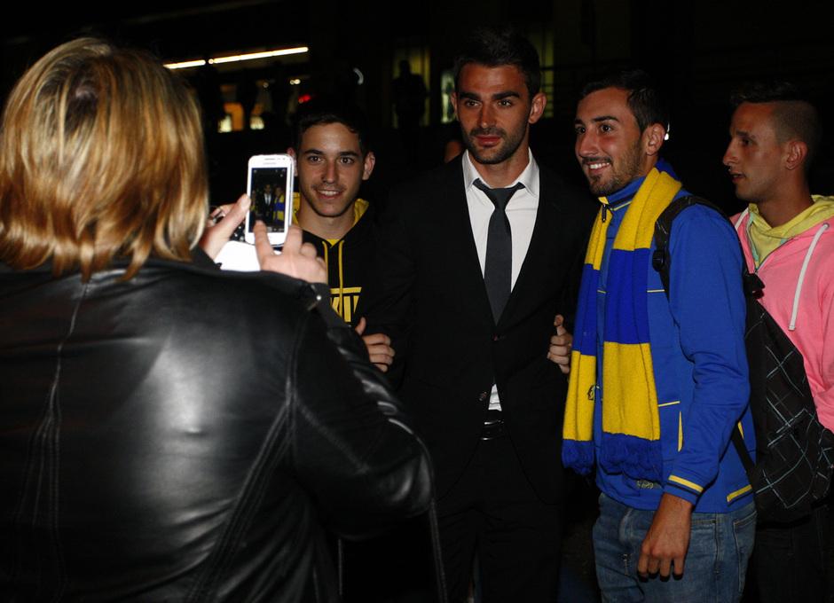 Adrián posa con unos aficionados a la llegada a Santa Justa para el encuentro liguero frente al Sevilla