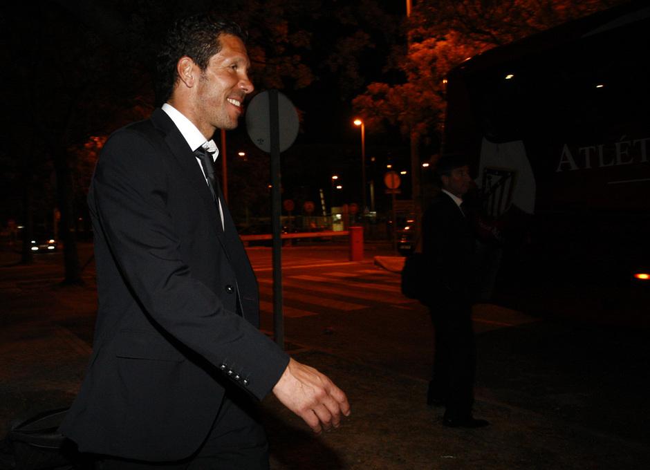 Simeone se dirige al autobús del Atlético tras salir de la estación de Santa Justa