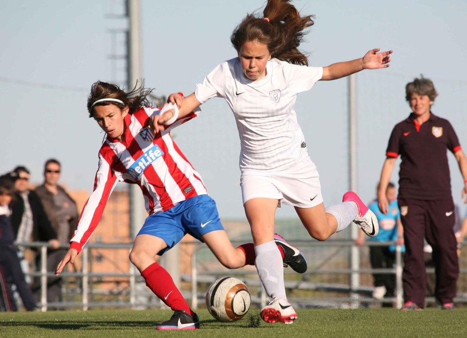 Temporada 2012-2013. Castañón es derribada por una jugadora del Madrid CF Femenino