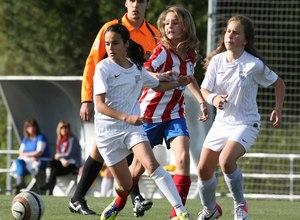 Temporada 2012-2013. Paula Tur conduce el esférico entre dos defensas