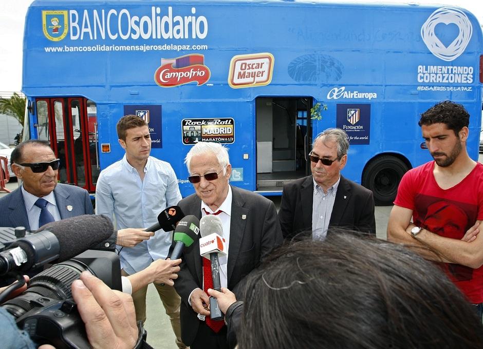 Gabi y Raúl García en el autobús solidario