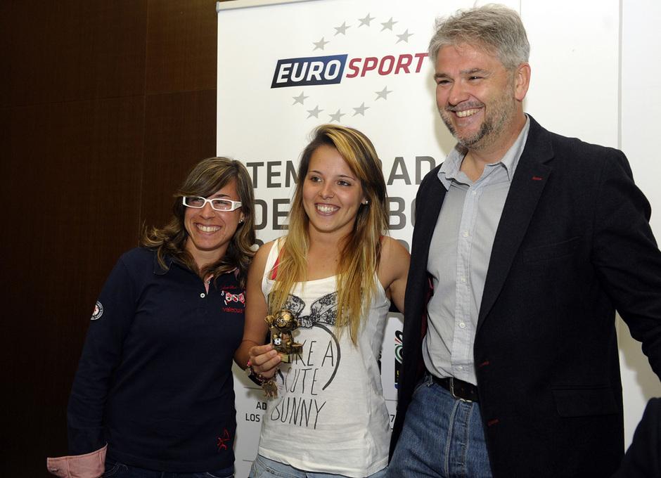 Temporada 12/13. Reportaje. Féminas, Eurosport. Claudia y Lola con representante de Eurosport