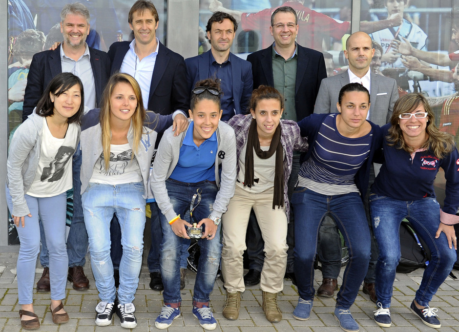 Temporada 12/13. Reportaje. Féminas, Eurosport. Jugadoras con directiva de Eurosport