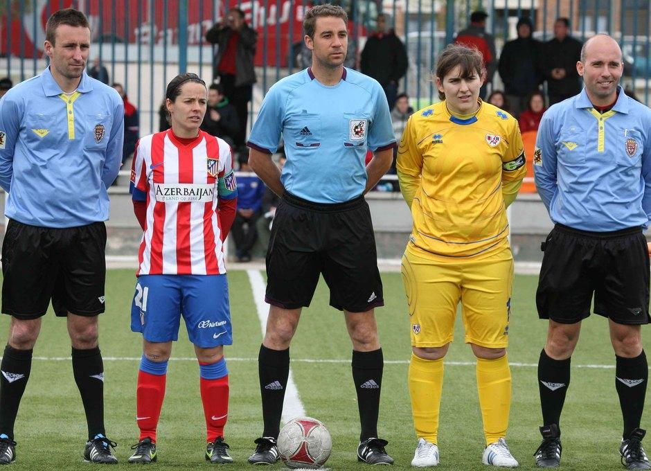 Temporada 2012-2013. Las capitanas del Rayo y Atleti posan con el trío arbitral