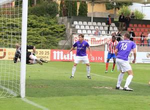 César logró el 2-0 ante el Alcalá con este cabezazo ante el que no puede hacer nada Juancho