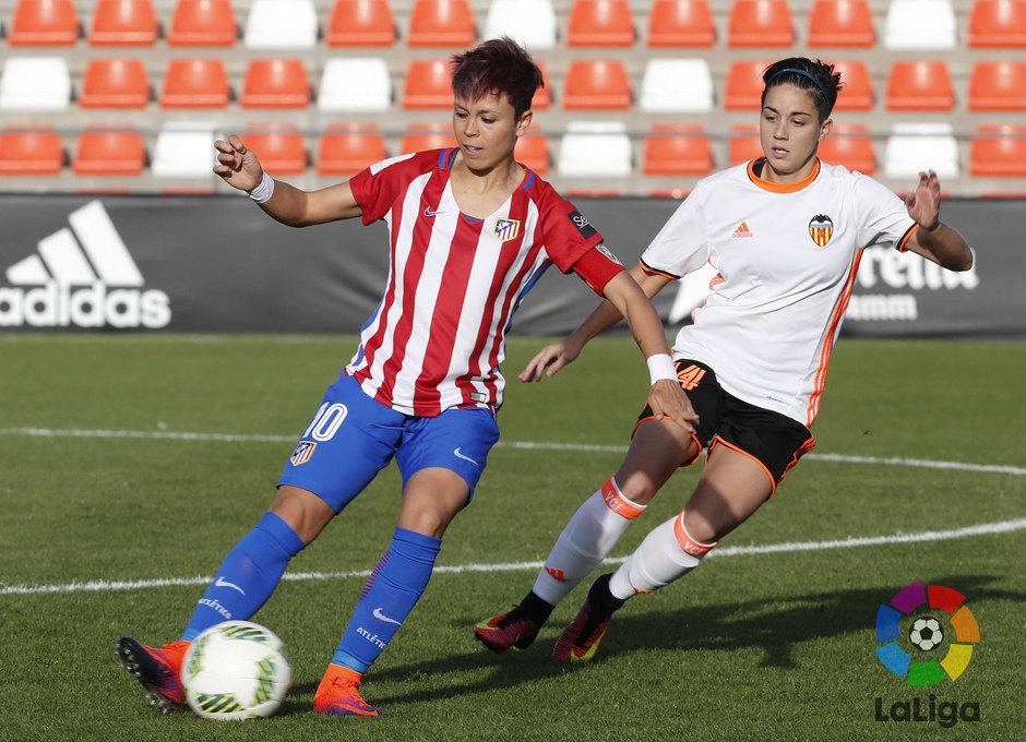 Amanda, que marcó el gol frente al Valencia, se marcha de una jugadora rival