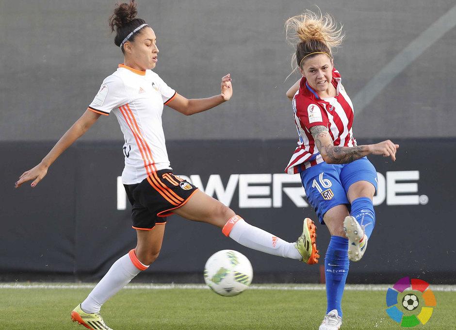 María León centra ante la oposición de una jugadora del Valencia