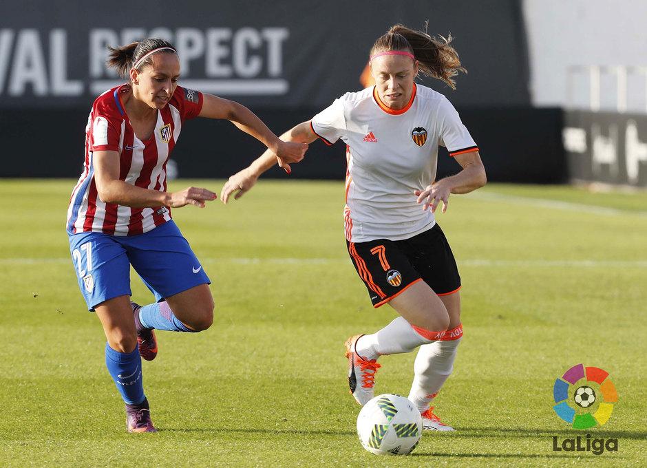 Corredera lucha por la posesión del balón con la valencianista Joyce