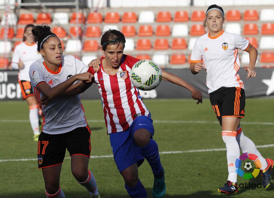 Sonia se lleva el esférico ante el férreo marcaje de Débora García