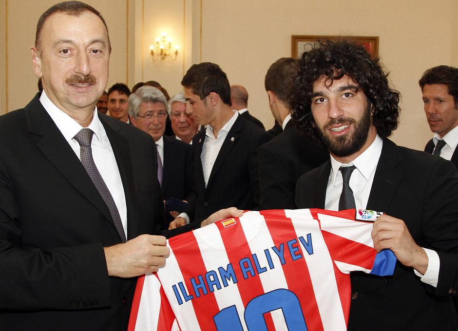 Arda regaló una camiseta del equipo al presidente de Azerbaijan