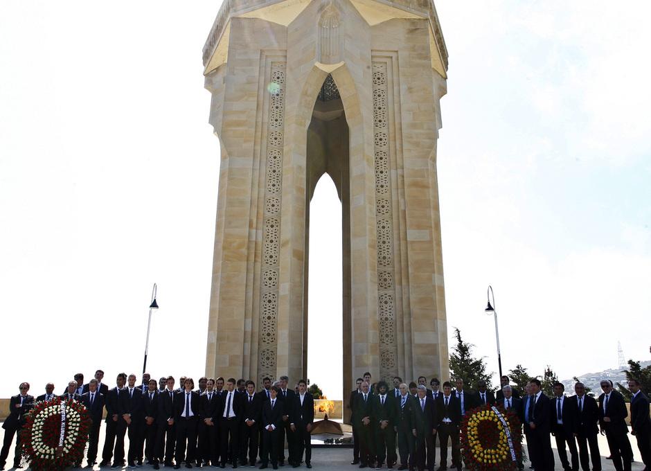 El equipo posa junto a la Tumba del Fuego Eterno en Bakú (Azerbaijan)